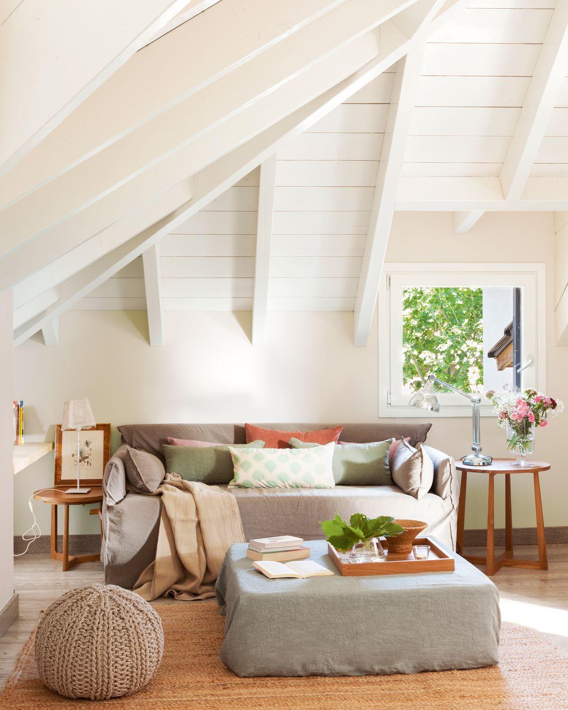Sal n en buhardilla con sof alfombra puf de crochet y puf como mesa de centro 00409157 - Pinturas para salones pequenos ...