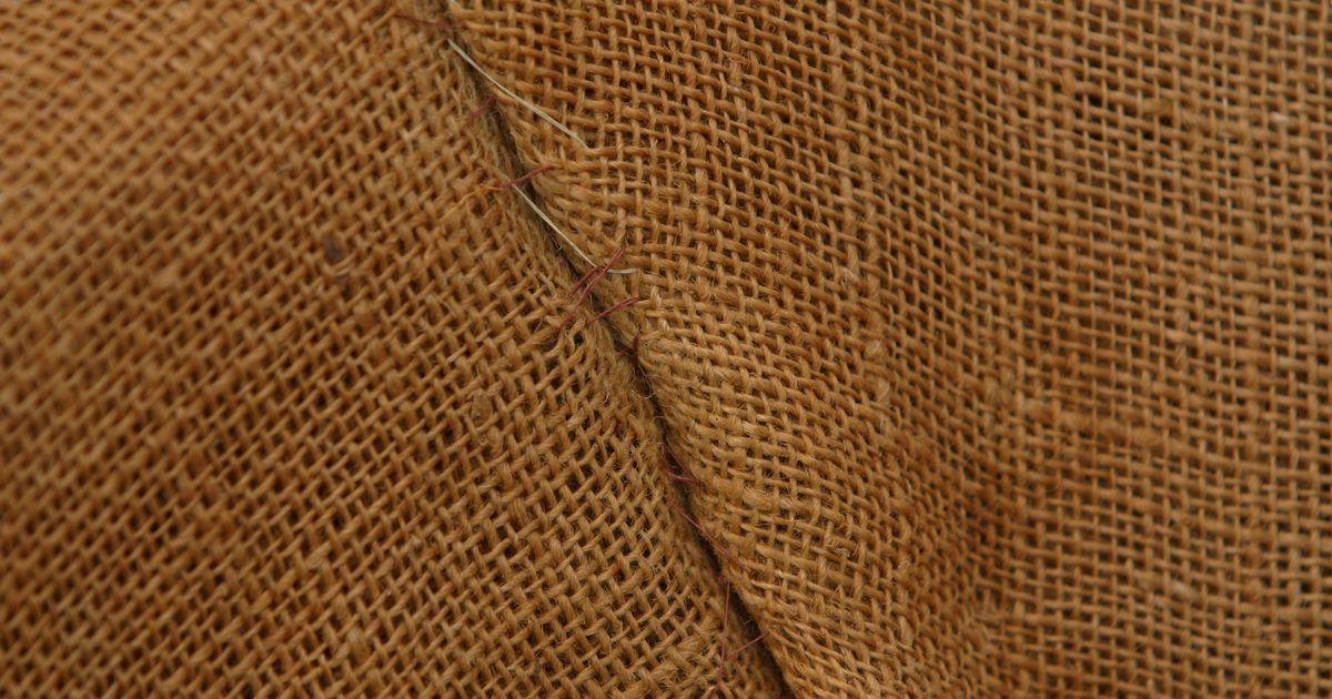c52ce3d8b Cómo hacer bolsas de arpillera . La arpillera es una tela resistente ideal  para hacer bolsas. Hechas con cáñamo, yute y otras fibras renovables, ...