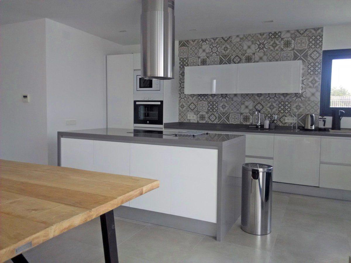 cocina-blanca-y-gris-tirador-uñero-cce11 | cocina | Pinterest ...