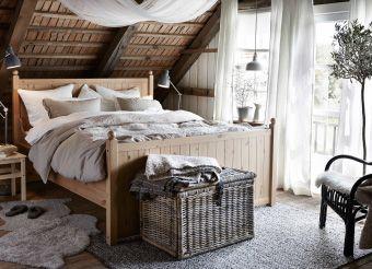 Fotografía de un dormitorio adornado con telas y cortinas de tonos naturales para crear sensación de paz.