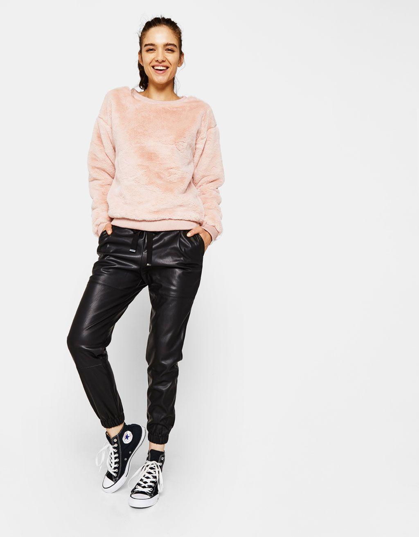Pantalón jogger efecto piel. Descubre ésta y muchas otras prendas en Bershka  con nuevos productos cada semana e16d66f2f03f