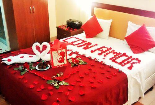 Habitaciones rom nticas con velas y p talos de rosa para Detalles en habitaciones de hotel