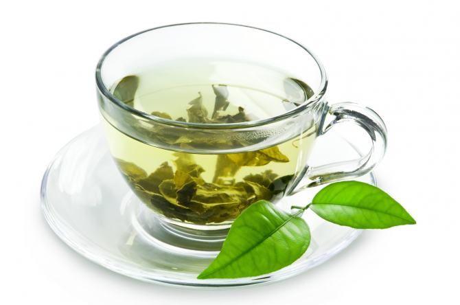 ZIELONA HERBATA - Poza wodą, to jeden z najzdrowszych napoi. - Zawiera katechiny czyli antyutleniacze, które zwalczają wolne rodniki odpowiadające za proces starzenia się organizmu i powstawanie wielu chorób. Przeciwdziałają odkładaniu się komórek tłuszczowych, likwidują obrzęki i regulują ilość zatrzymanej wody w organizmie. Istotna uwaga dla wszystkich pań: zielona herbata zapobiega tworzeniu się cellulitu