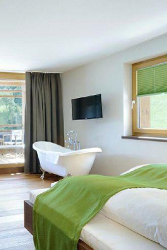 Extravagant: freistehende Badewanne im Schlafzimmer im Hotel Das ...