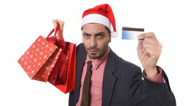 Una persona con regalos y tarjeta de crédito