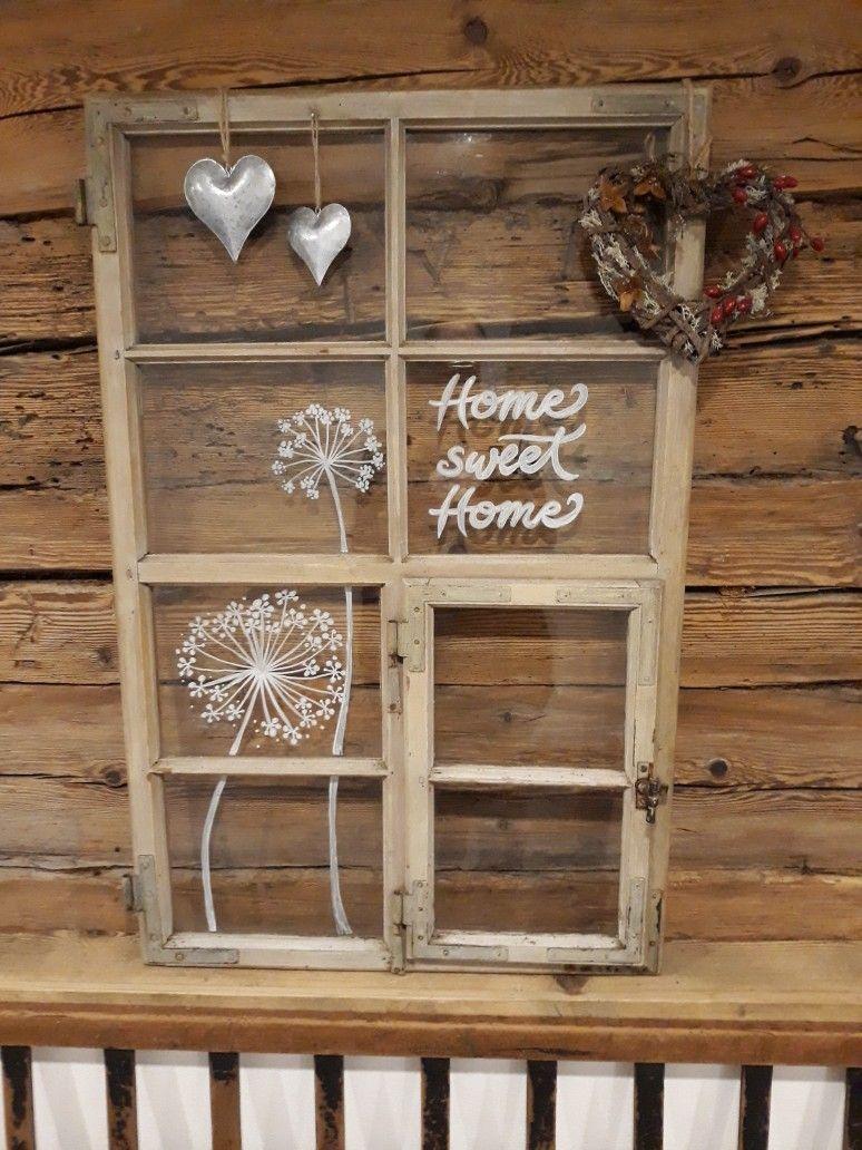 Altes Fenster dekoriert mit Kreidestift Holz