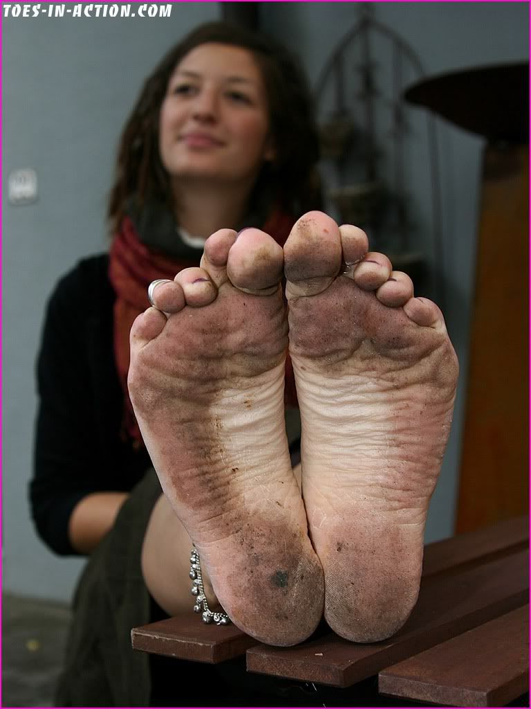 feet muddy Queen barefoot eileen