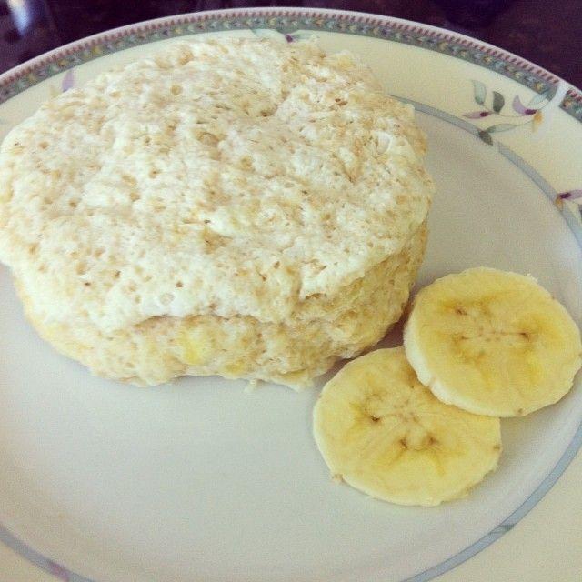 1 clara  1 banana prata amassada  2 cs de leite  1 cs de farelo de aveia (salvado) 1 cs de adoçante   1 cc de fermento  Misture tudo e leve ao micro-ondas por 2 minutos  PROBAR con pera o manzana rallada