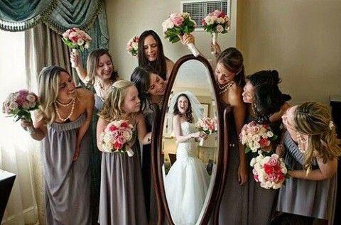 Bonita idea para enmarcar el recuerdo con el cortejo de damas