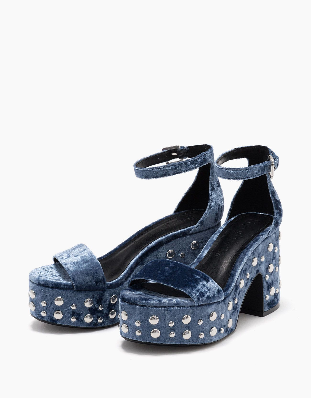 Sandalia plataforma terciopelo con tachas. Descubre ésta y muchas otras prendas en Bershka con nuevos productos cada semana