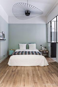 Une chambre esprit atelier chic : Murs vert de gris alignés ...
