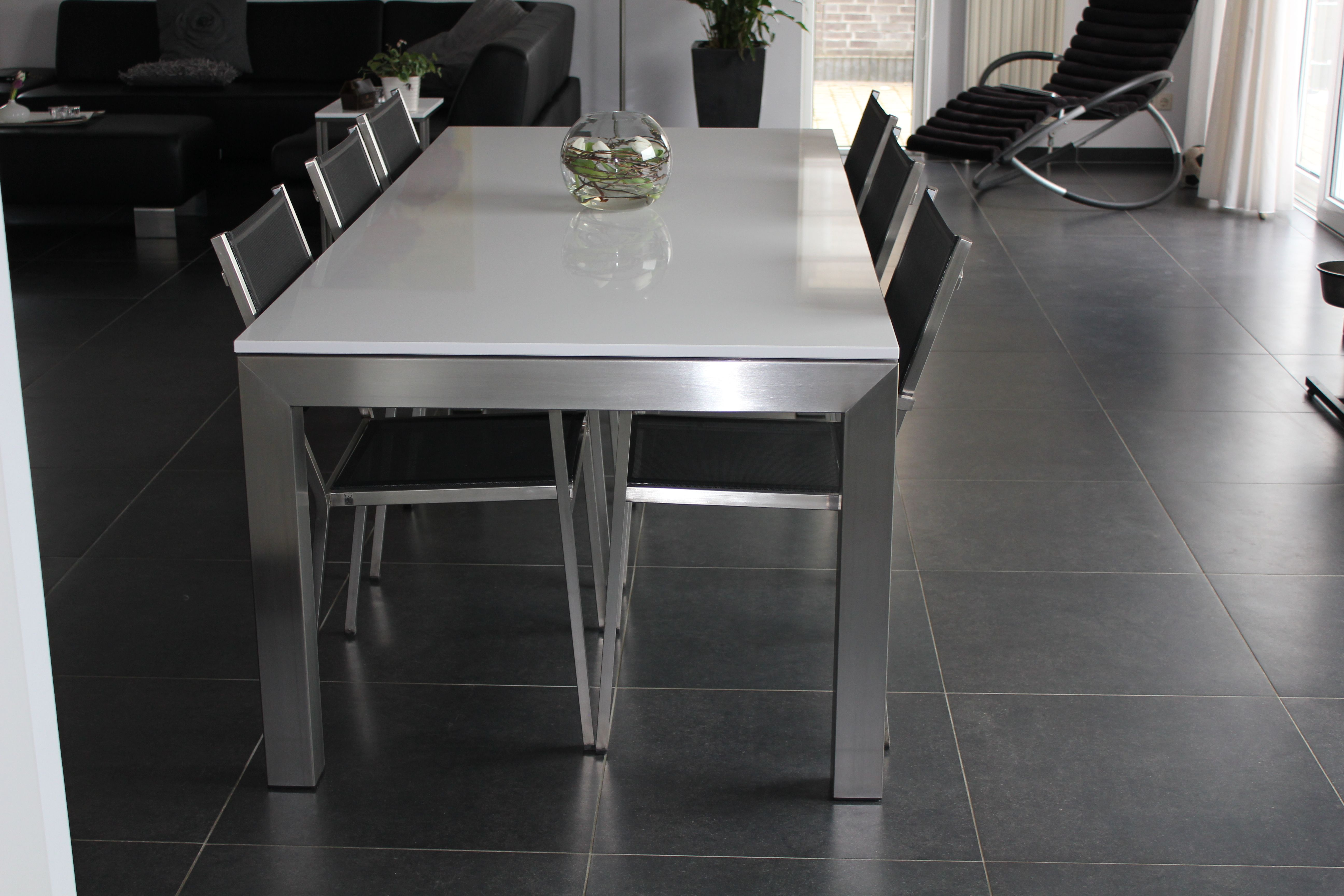 Eettafel Glas Rvs Poten.Moderne Tafel Met Rvs Tafelpoten En Glazen Tafelblad