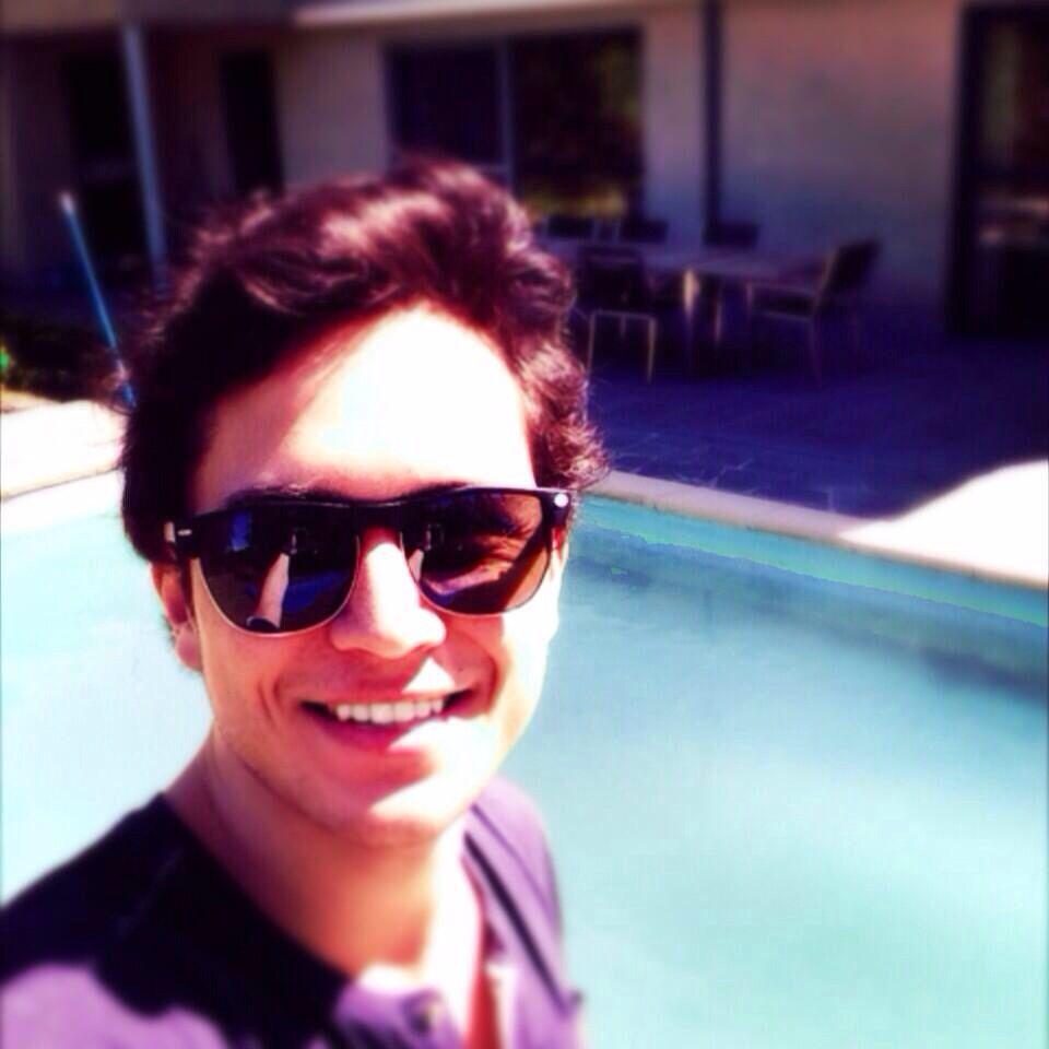 Thomas van zomaer met pretface aan het zwembad