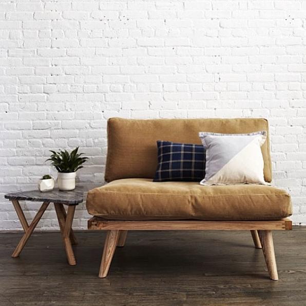 Bois du canapé le tissu camel moutarde pour le corps du canapé lassociation de couleur motifs matières des coussins du canapé la table basse sur