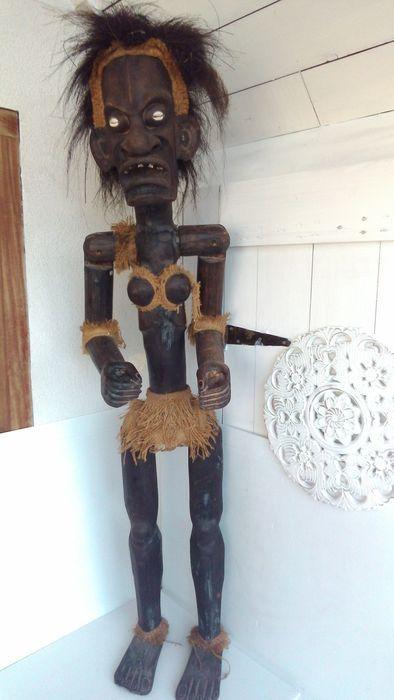 grote afrikaanse houten man .congo.  in gebruikte staat klein stukje van het hand.Afrika.hout.1.50m .gewicht 11.5kg.track.  EUR 1.00  Meer informatie