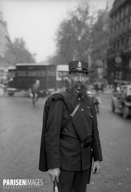 Lagent De Police Barbu Leclerc Qui Officiait à La Porte Saint Denis