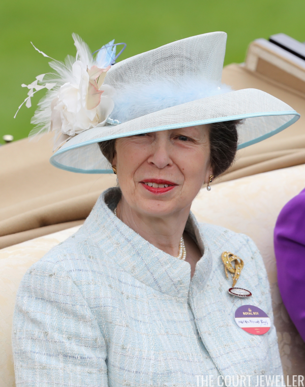 Princess Anne's Gold Ribbon Brooch Prinsesse