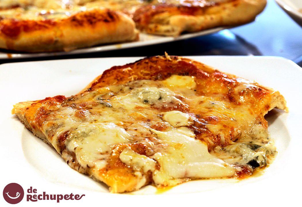 Cómo preparar una pizza cuatro quesos o pizza ai quattro formaggi. Combinación perfecta de una selección de quesos suaves y potentes con una masa de pizza casera. Preparación paso a paso, fotos, vídeo y trucos. http://www.recetasderechupete.com/pizza-casera-cuatro-quesos/10469/ #derechupete