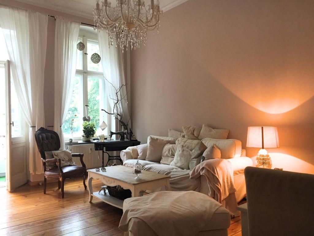 gem tliches altbauwohnzimmer mit indirekter beleuchtung und gro er couch mit vielen kissen. Black Bedroom Furniture Sets. Home Design Ideas