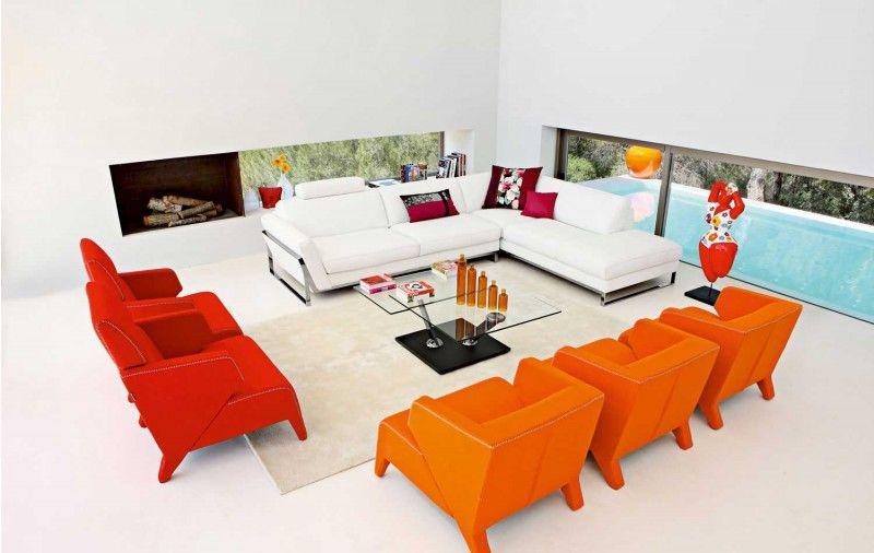 De meubels hebben een vrolijk en felle kleur. dit past bij het thema. De ruimte ziet er modern en kubistisch uit.