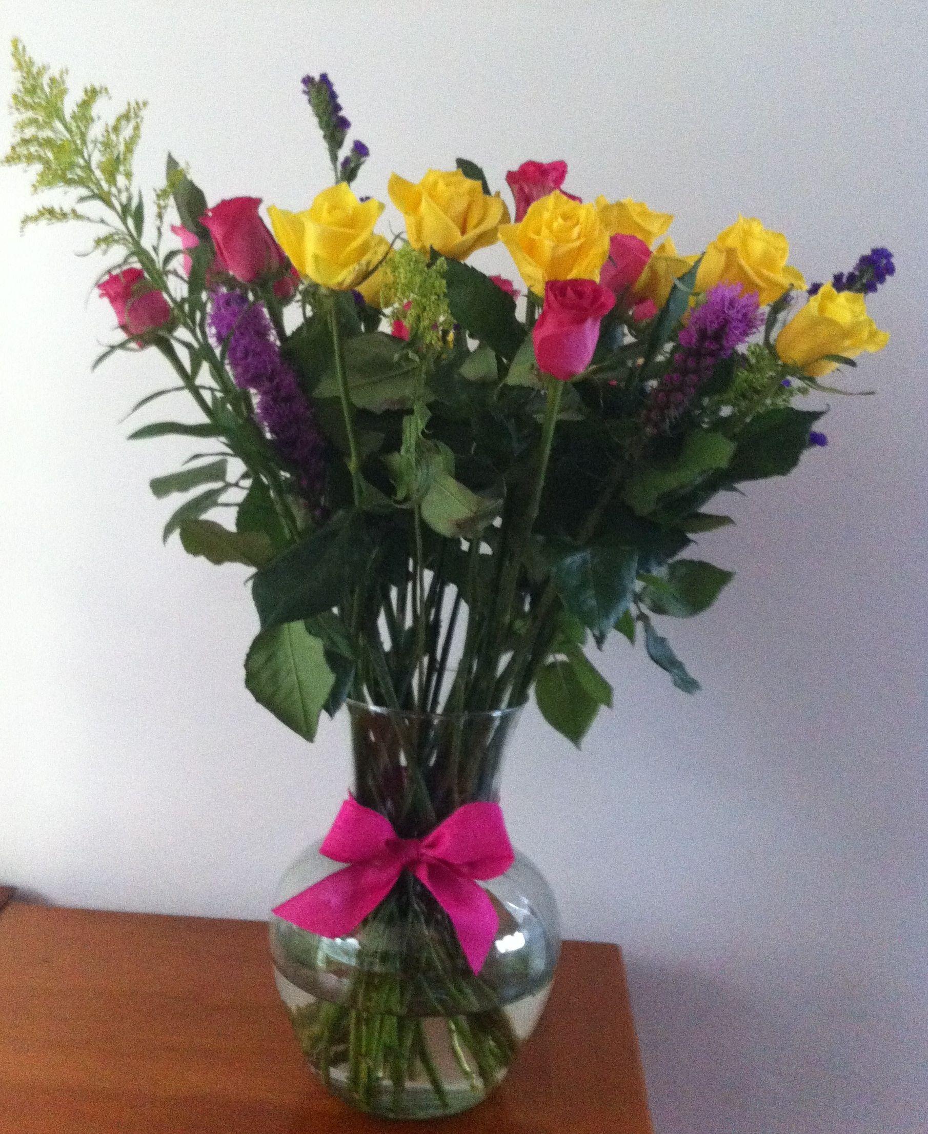 Rosas amarillas y rosas con liatris statice morado y solidago en rosas amarillas y rosas con liatris statice morado y solidago en jarrn de cristal y floridaeventfo Image collections