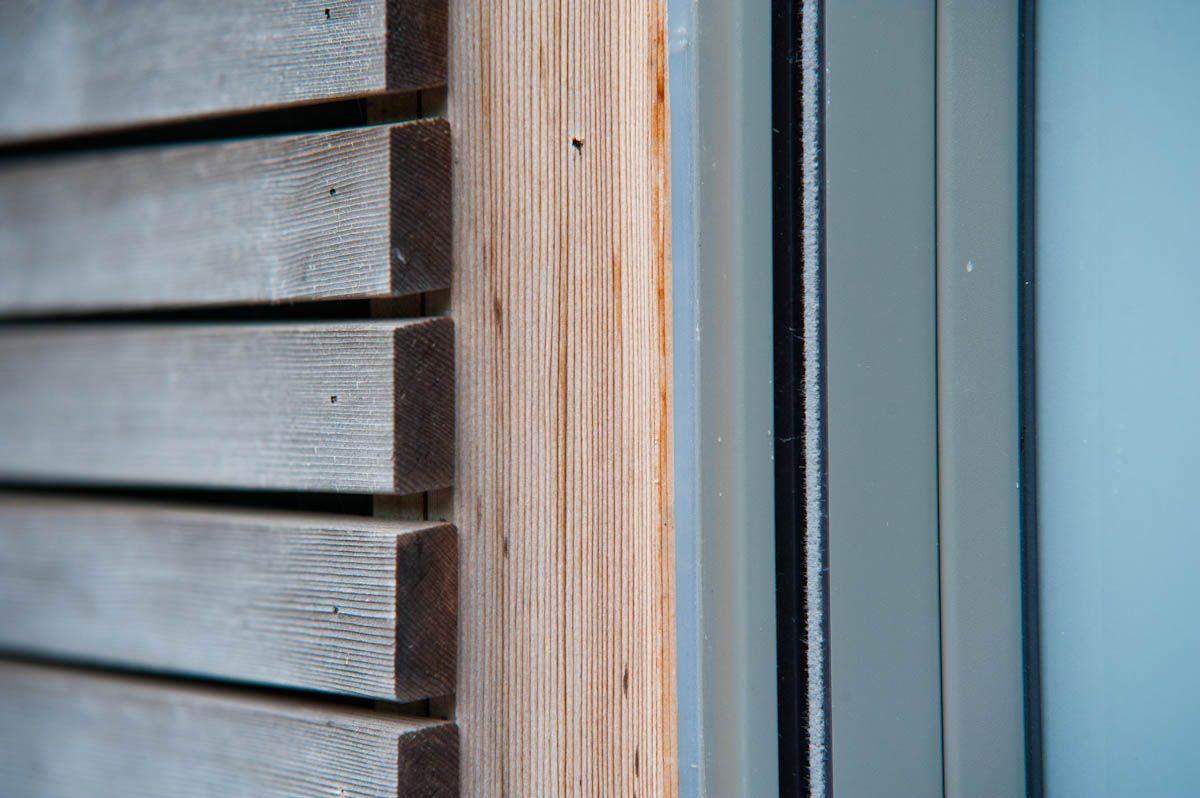 bardage en fines lattes de bois de c dre horizontales ton naturel ch ssis ton gris moyen. Black Bedroom Furniture Sets. Home Design Ideas