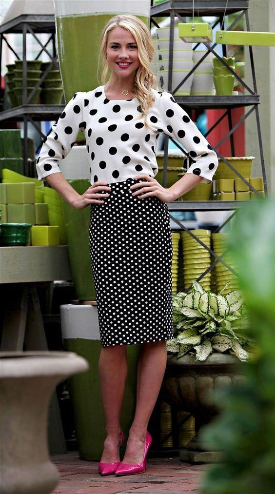 Combinar una falda lápiz negra con una blusa a lunares negra