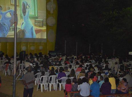 Moradores de Passos aprovam Cinema na Rua. http://www.passosmgonline.com/index.php/2014-01-22-23-07-47/cultura/5005-moradores-de-passos-aprovam-cinema-na-rua