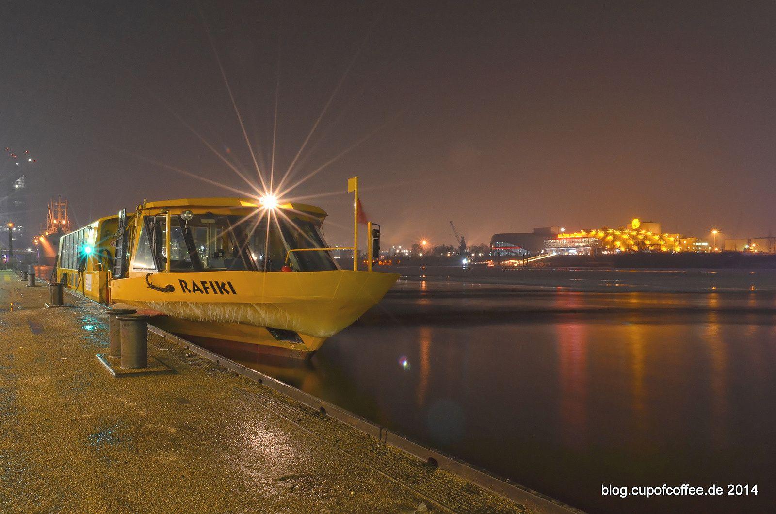 """Hält trotz Eiszapfen am Bug tapfer 30 Sekunden still. Wassertaxi """"Rafiki"""" schippert Fuhre um Fuhre Musicalbesucher über die Elbe. #ship #ferryboat #hamburg"""