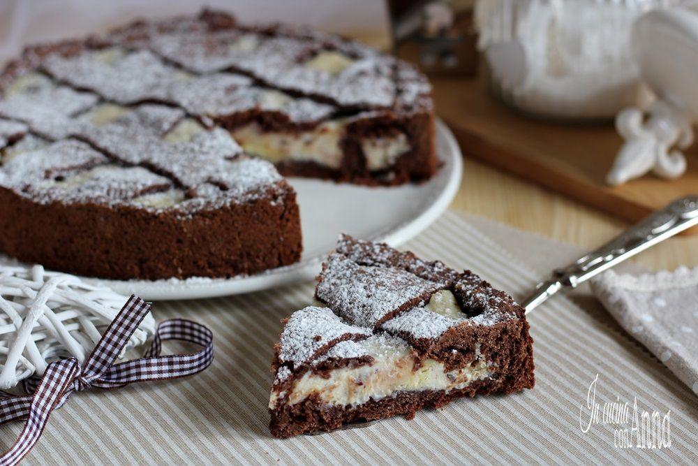 La crostata alla ricotta e doppio cioccolato ha una frolla friabile e un ripieno alla ricotta con pezzetti di cioccolata bianca e fondente golosissimo...