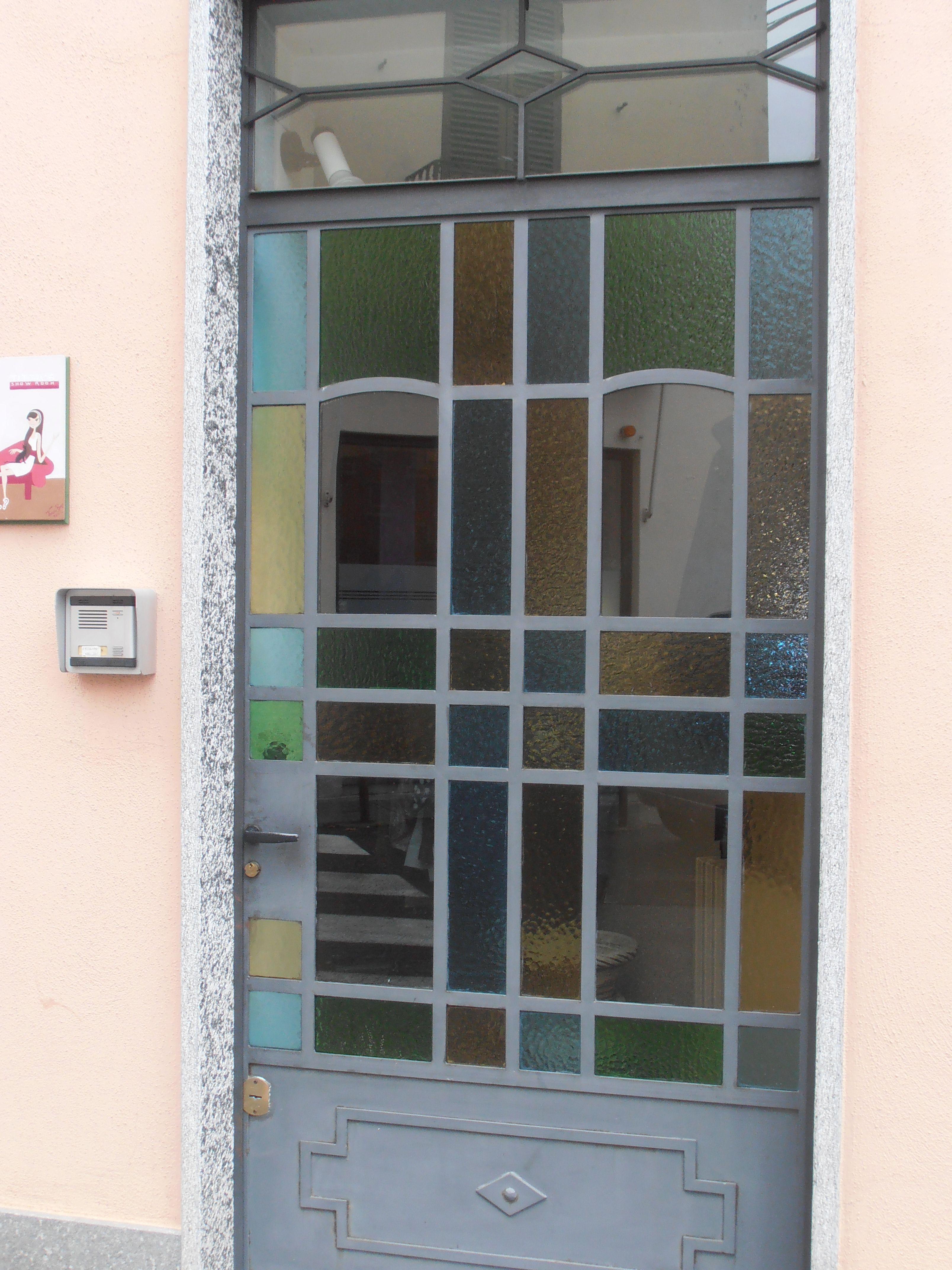 Le vetrate colorate sono tipiche di interni ed esterni - Case colorate interni ...