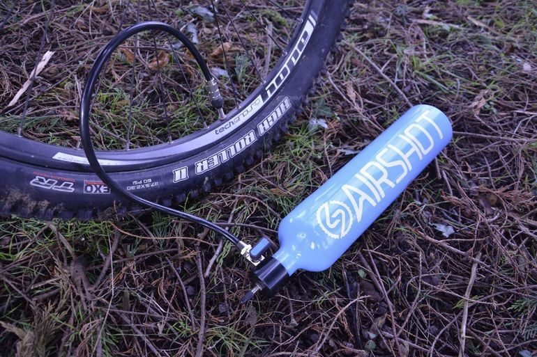Tubeless mountain bike tires definitely have their good points. In order to seat the things securely on the rim, however, it's often necessary to use a compressor or a CO2 cartridge to deliver a shot of air. That said, there's now another option, in the form of the Airshot.