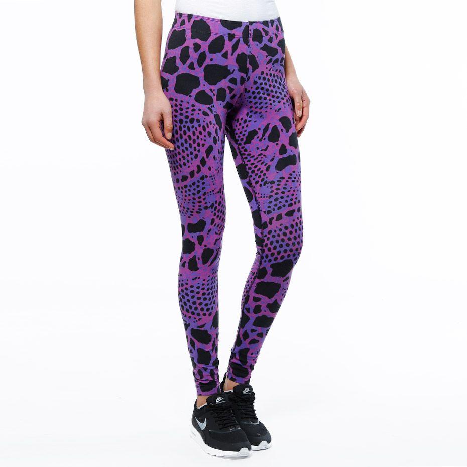 Leggings fra Nike. Materiale: 92% Bomull, 8% Elastan. Modellen er 168 cm og avbildet i S.