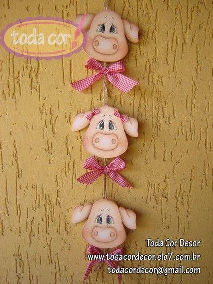 Móbile 3 Porquinhos para decoração de cozinha. Peça pintada ao