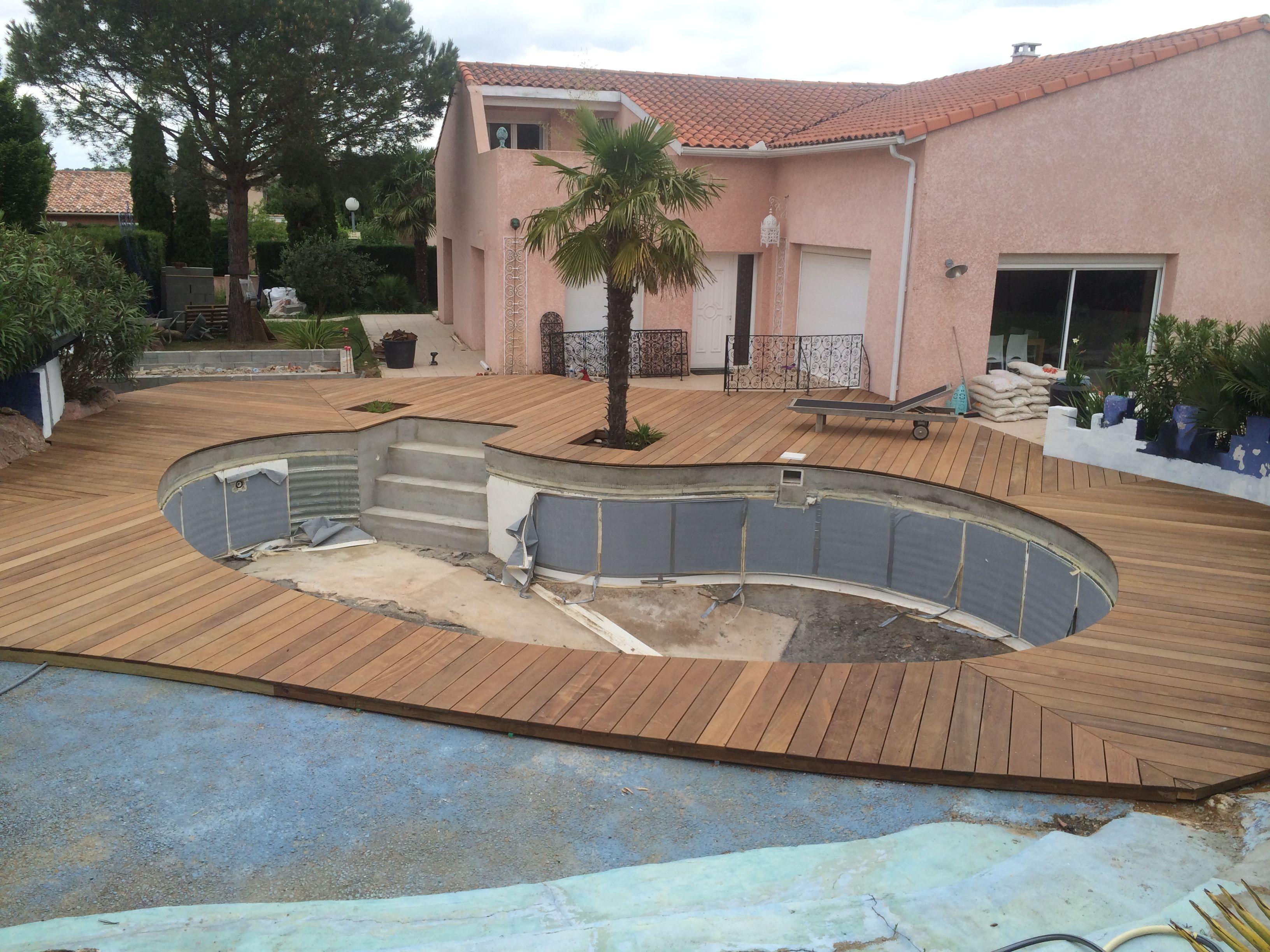 Superbe r novation autour d 39 une piscine en forme de for Forme piscine coque