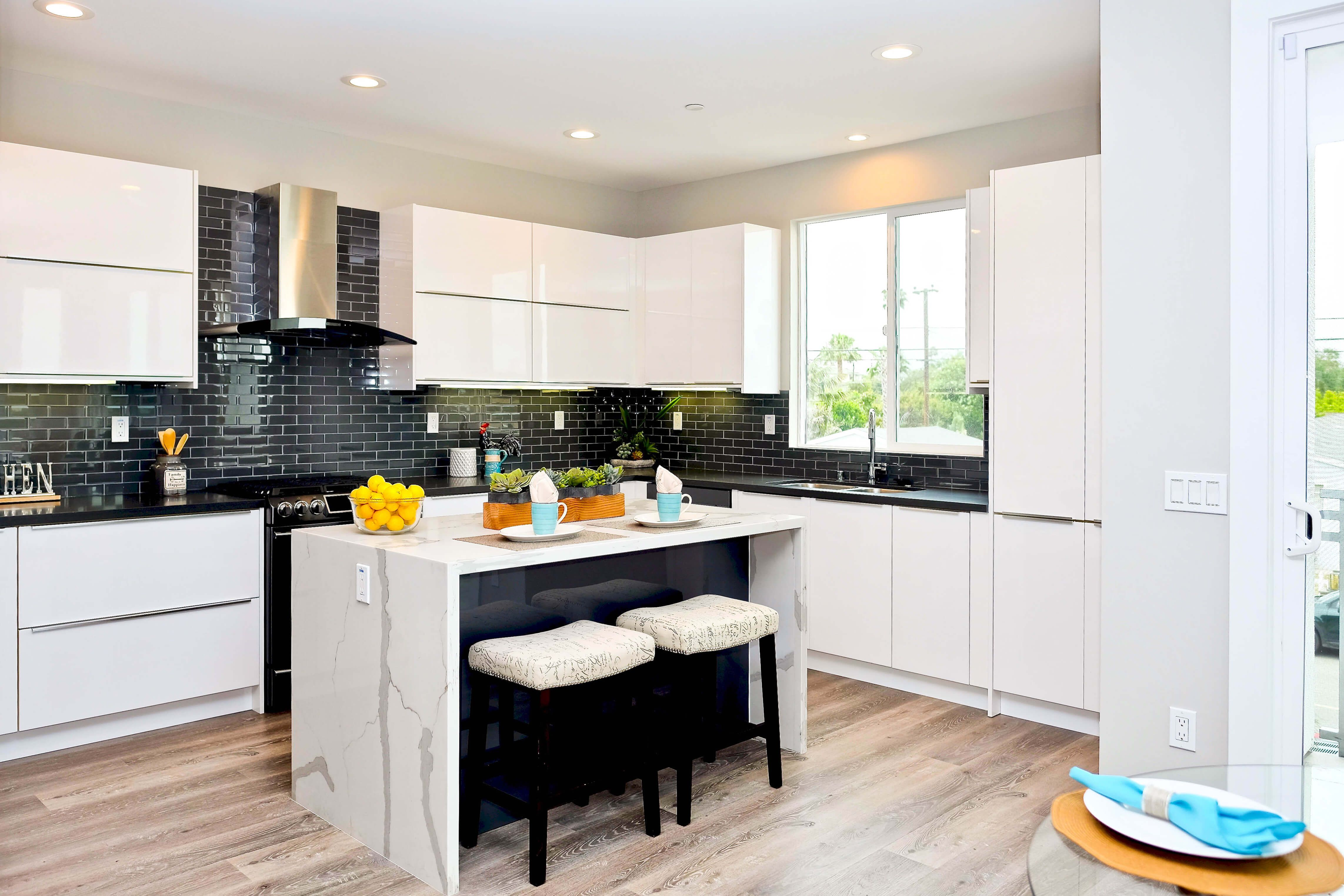 Hi Gloss White Eurostyle cabinets from Cabinet City. Very ...
