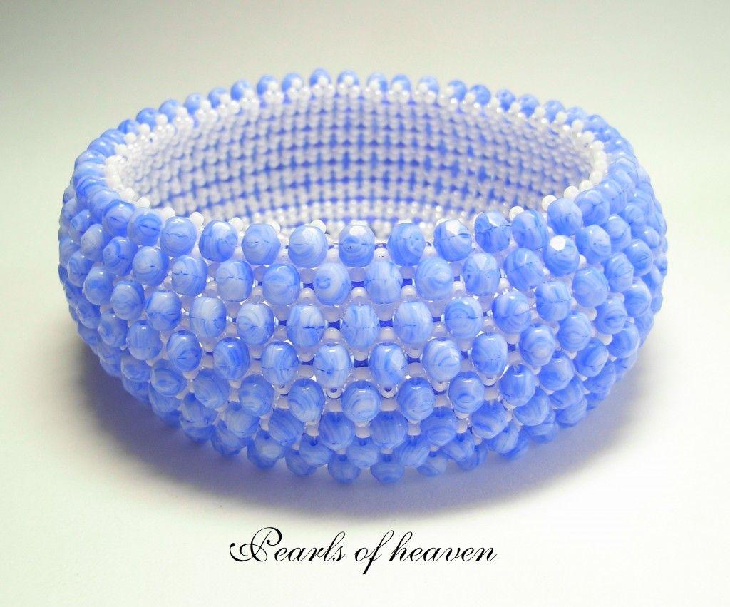 Dieses Armband wurde mit weißen und blauen Miyuki Rocailles 11/0 gefädelt. Zum Schluß wurden 450 blaumarmorierte Glasschliffperlen aufgenäht.