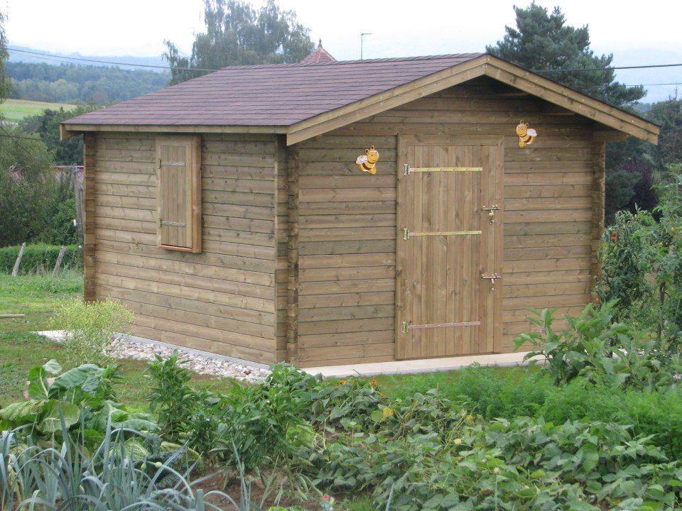Robuste, un abri de jardin solidement ancré sur une dalle de béton ...
