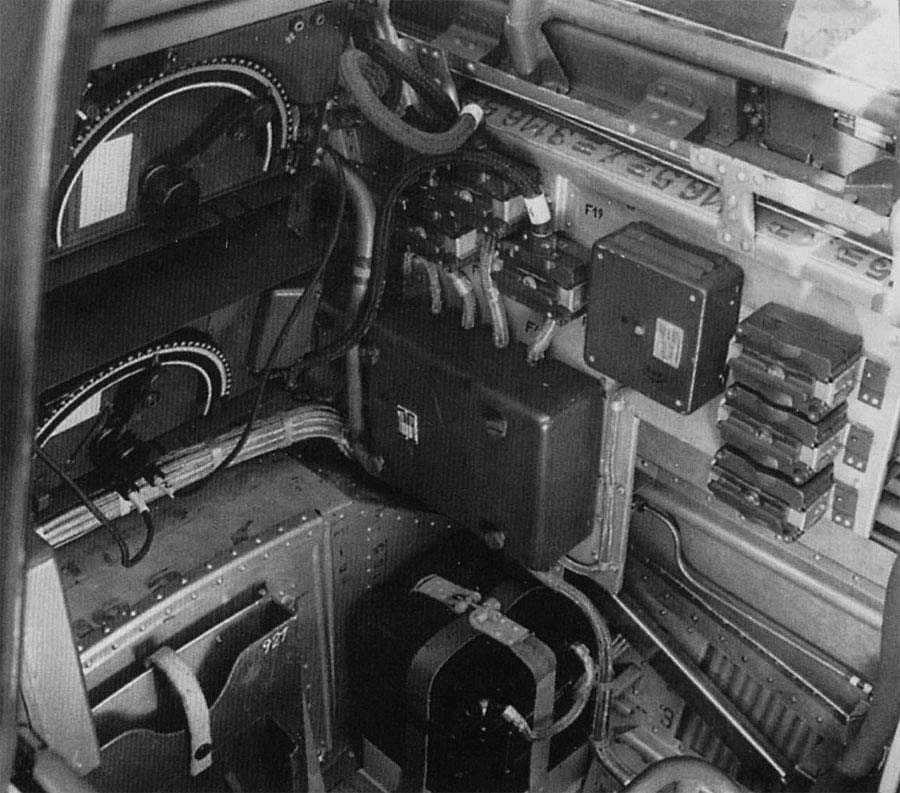Ju87D-Cockpit-Right-Instrument-Panel-14f-s.jpg (900×793)