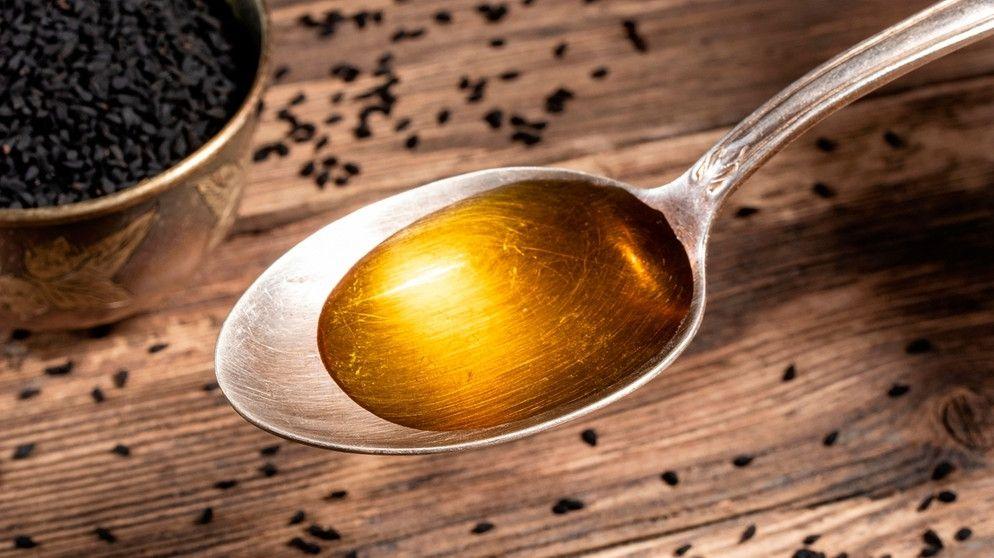 Schon im alten Ägypten wurde Schwarzkümmelöl in der Heilkunde eingesetzt. Wie gesund ist es wirklich. Und: Könnte es gegen das Corona-Virus eingesetzt werden?