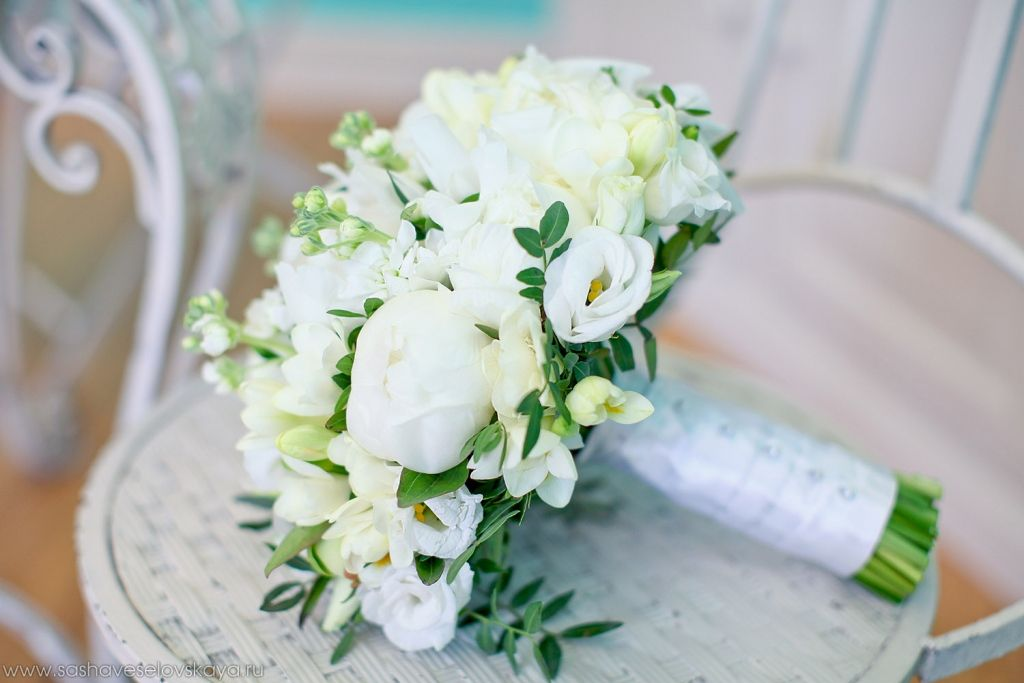 Свадебный букет в бело зеленых тонах, букет невесты подсолнухи