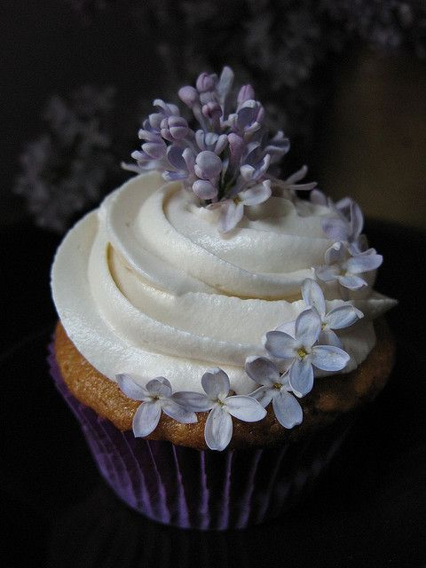 Lilac Crowned Bouquet Cupcake | Purple | Cupcakes ...