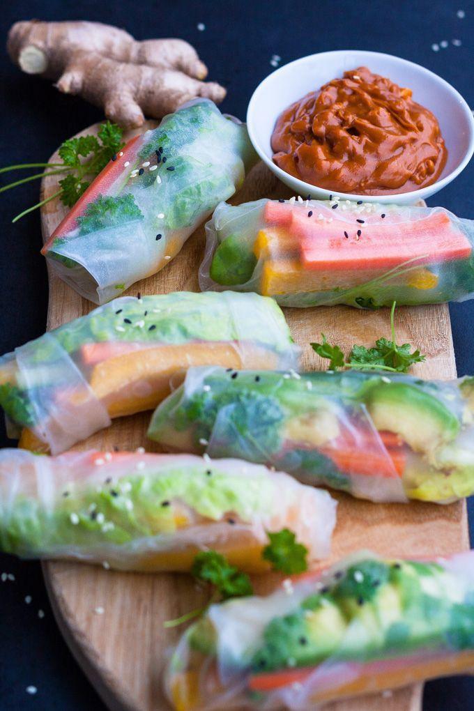 Schnelle Summer Rolls mit Erdnusssauce aus vier Zutaten. Frisch, knackig und gesund! Perfekt als leichtes Abendessen und zum Mitnehmen - kochkarussell.com