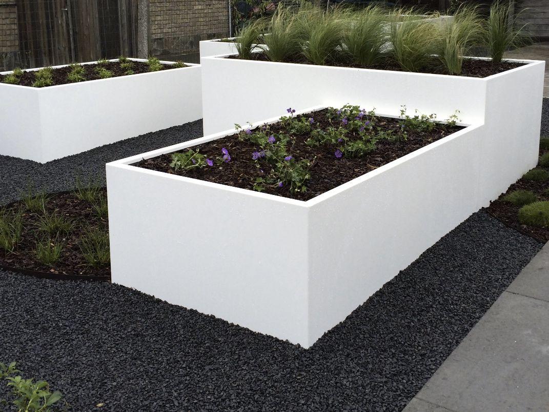 Stevige, degelijke moestuinbakken op maat voor zowel landelijke als moderne tuinen afgewerkt met vlechtwerk of poederlak.