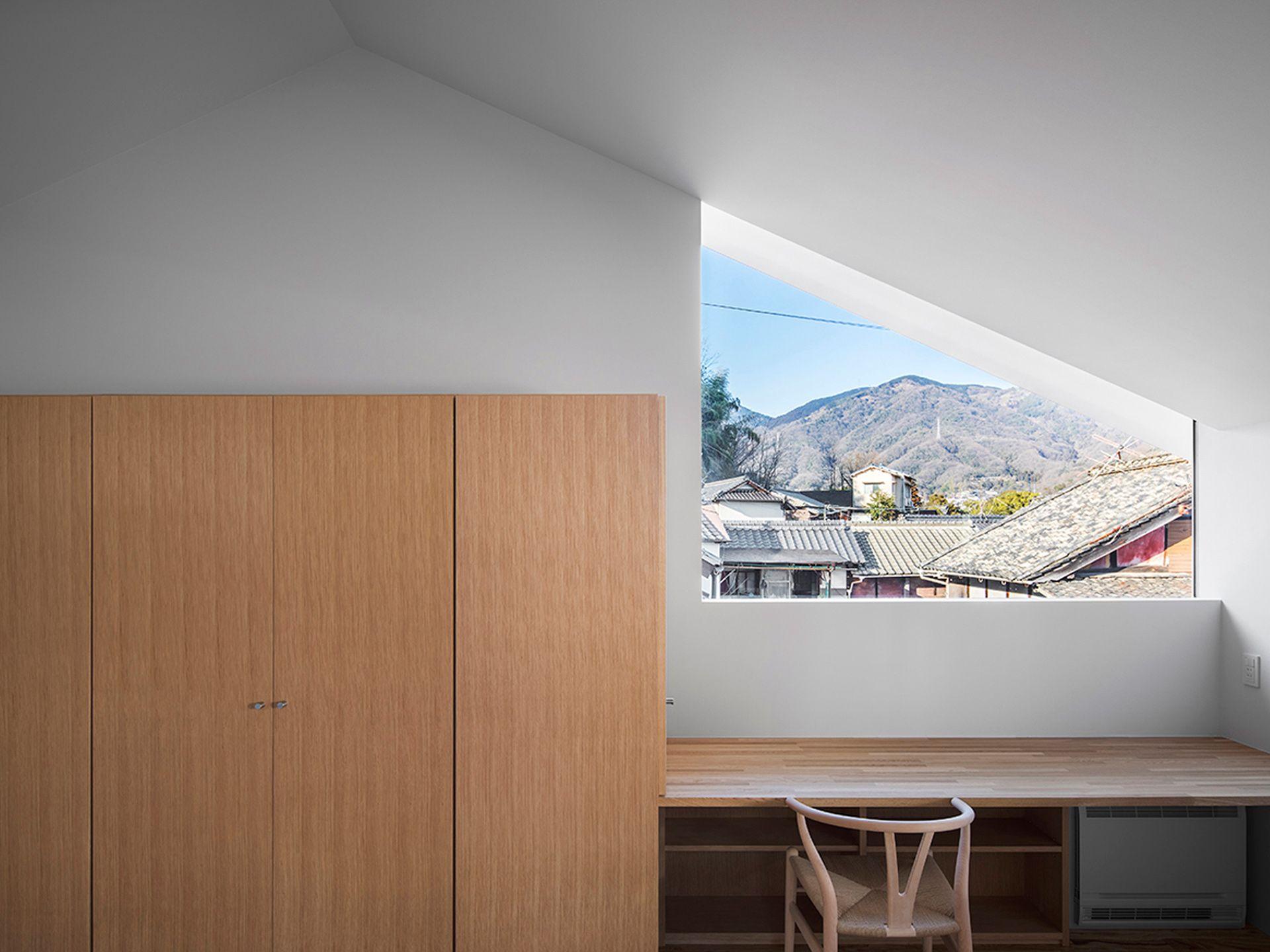 Daisaku Hanamoto s house mingles with its surroundings