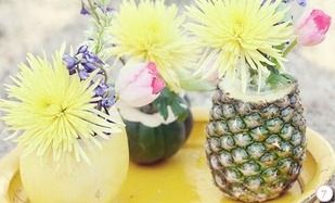 Abacaxi, coco e melão são usados como vasos para as flores