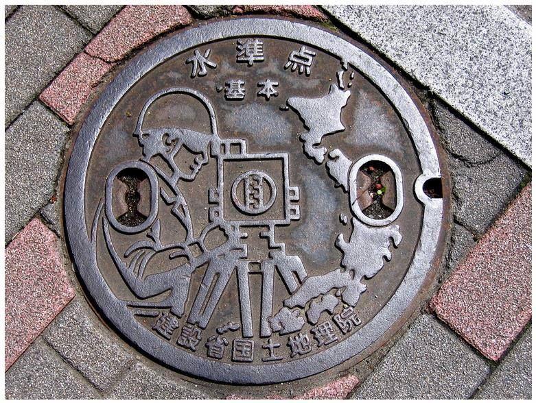 Alegórico #topografo #topografia . Tapa de alcantarilla en la ciudad de Kamakura situado en Kanagawa Japon  www.topografia.bgonavarro.es