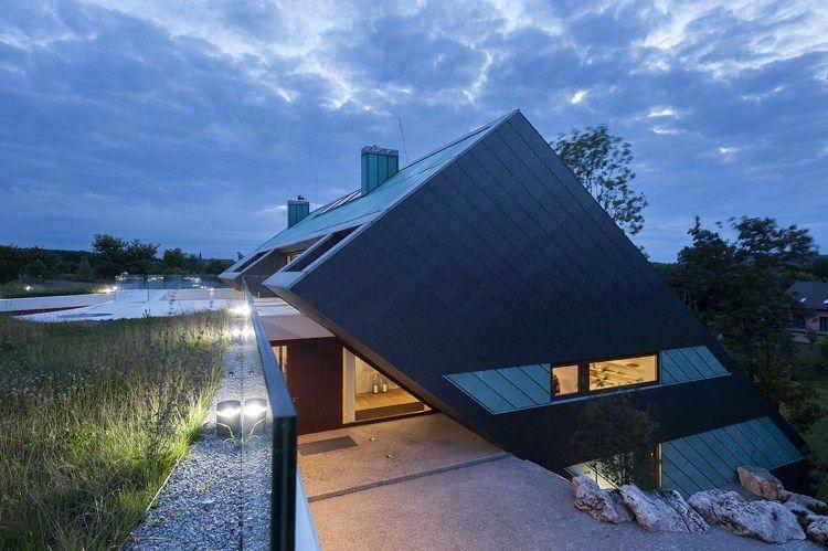 maison sur terrain en pente à architecture avant-garde avec toit - maison sur terrain en pente