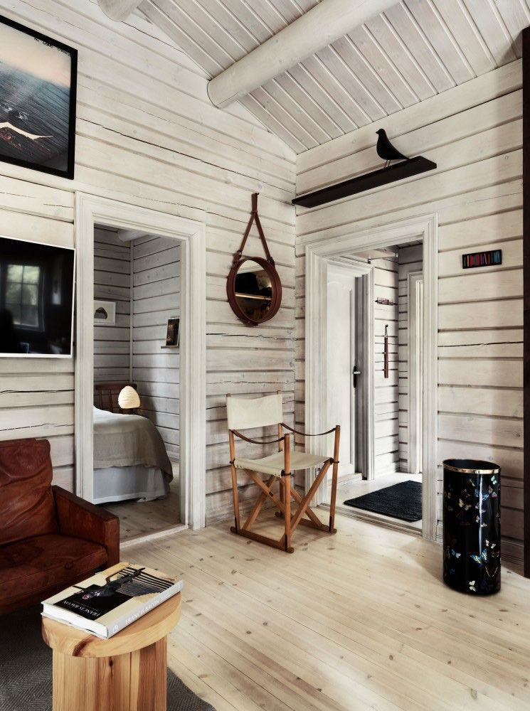 Charming Norwegian Style Log Cabin Packed With Iconic Design Pieces Nordic Design Cabin Interiors Modern Log Cabins Log Cabin Interior