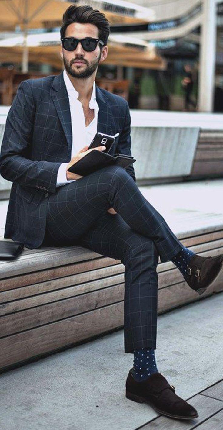 7e94de7b1a2a3 El está llevando unos lentes de sol. El está llevando un traje color azul  marino y también unos calcetines azul marino. Los lentes cuesta ochenta  dólares.